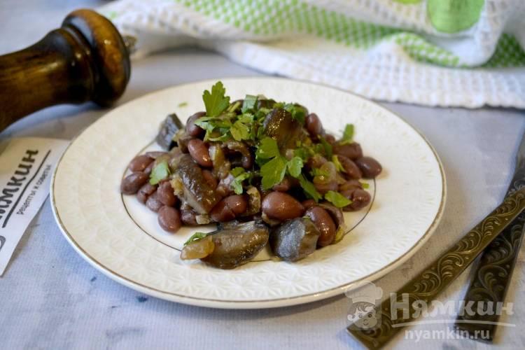 Салат с фасолью, жареными грибами и чесноком