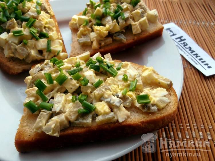 Праздничные бутерброды с яйцом и солеными огурцами