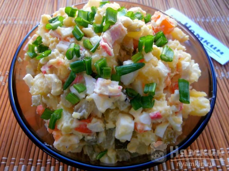 Салат из крабовых палочек с яйцом, картофелем и солеными огурцами