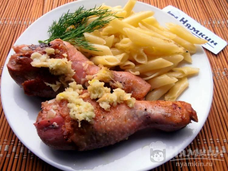 Жареные куриные голени с чесноком на сковороде