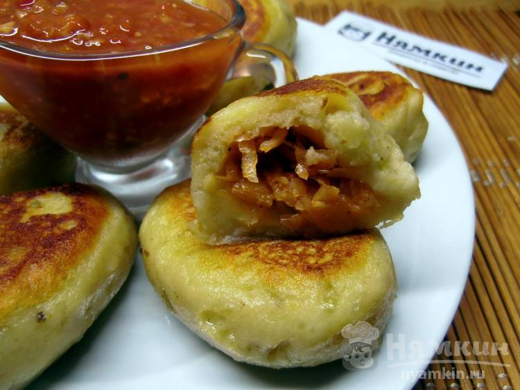 Картофельные зразы с тушеной капустой на сковороде