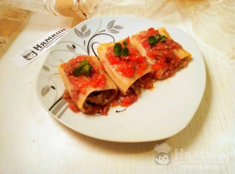 Каннеллони со свиным фаршем в томатном соусе на сковороде