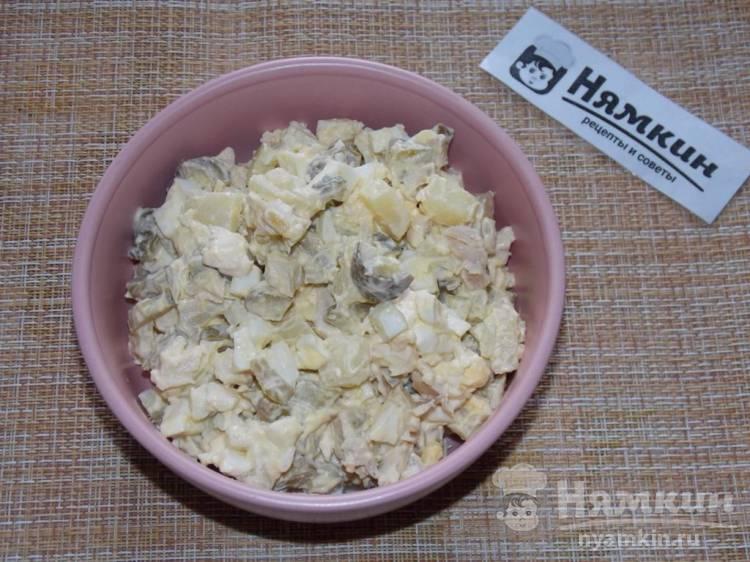 Салат с картошкой, солеными огурцами и курицей гриль