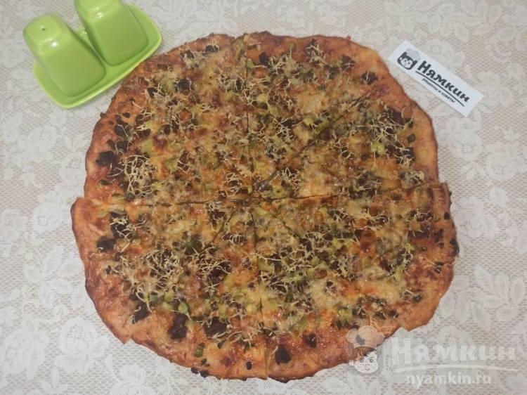 Пицца на бездрожжевом тесте с мясным фаршем и солеными огурчиками в духовке