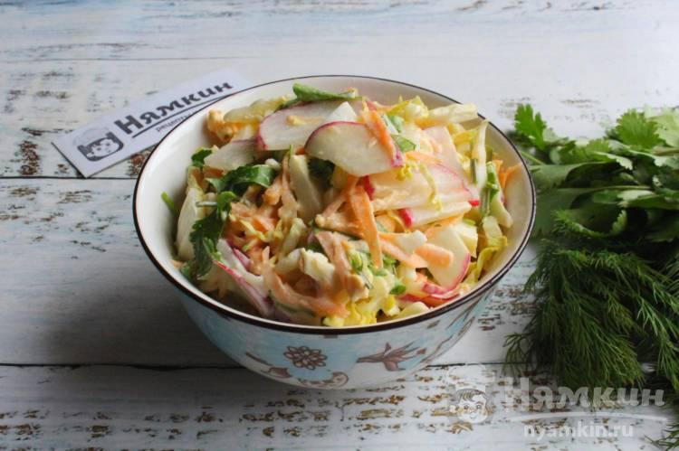 Салат из пекинской капусты с яйцом, редиской и морковью