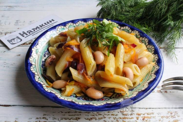 Макароны с консервированной белой фасолью и овощами на сковороде