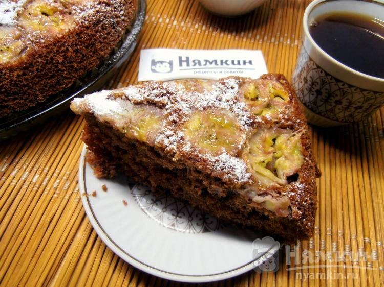 Бисквитный шоколадный пирог-перевертыш с карамелизированным бананом