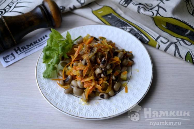 Салат из белой фасоли и маринованных огурцов на постный стол
