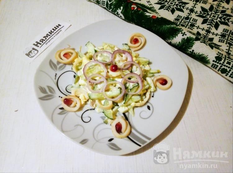 Праздничный салат с кальмарами, вареными яйцами и свежими огурцами