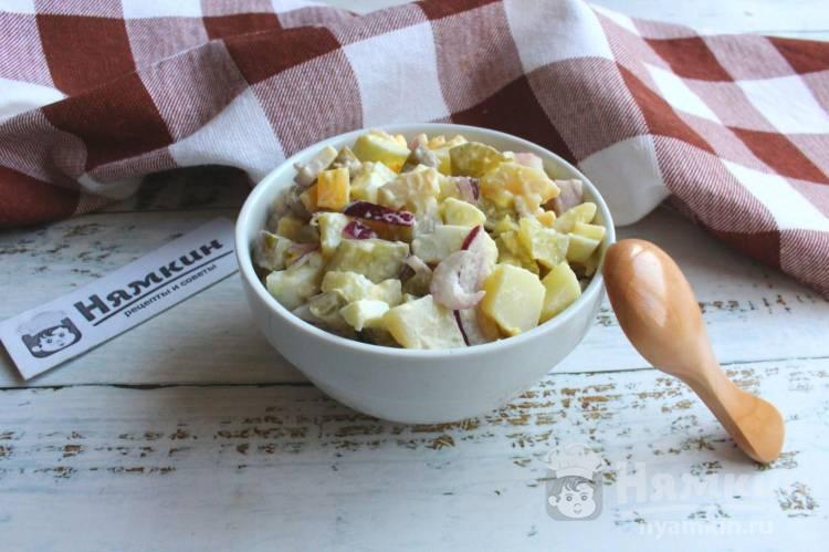 Салат с картошкой, сыром, яйцами и солеными огурцами