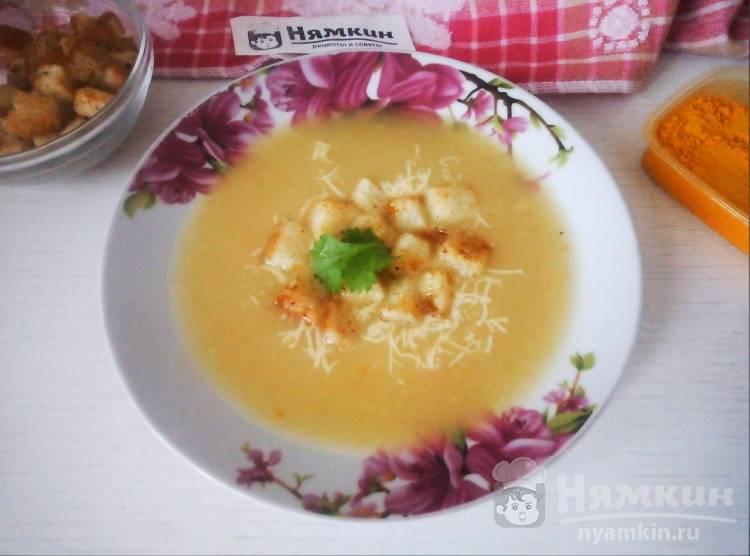Суп-пюре на курином бульоне с овощами, сыром и сухариками