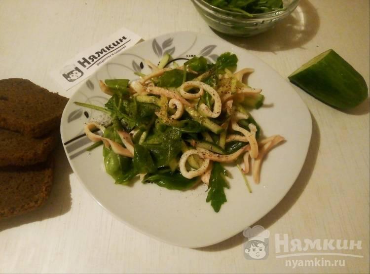 Сочный салат с кальмарами, свежими огурцами и рукколой