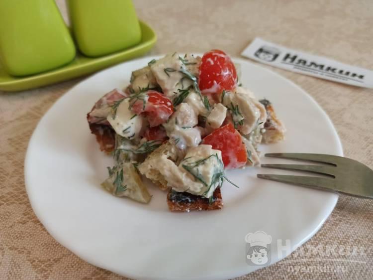 Баварский салат с курицей, домашними сухариками, йогуртом и соевым соусом