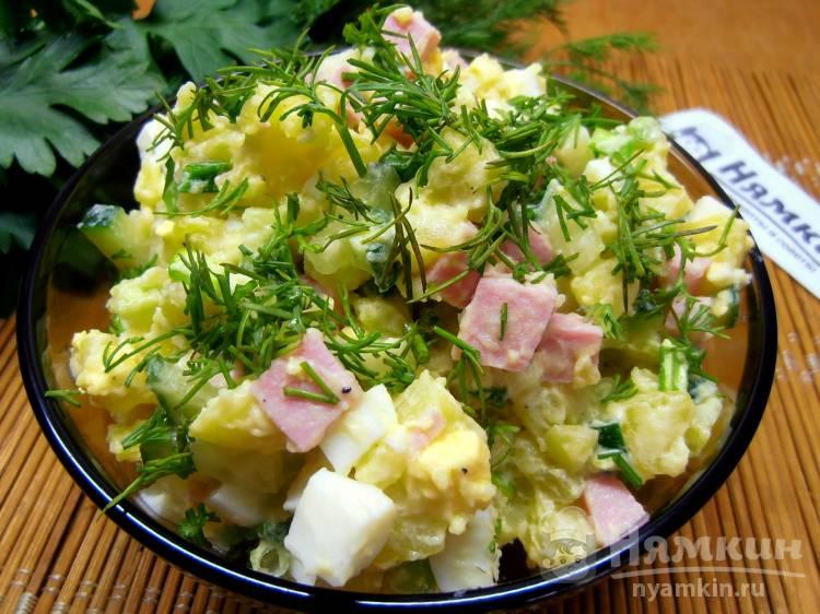 Картофельный салат с колбасой, свежими огурцами и яйцами на праздничный стол