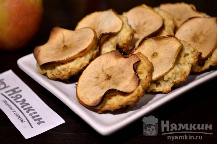 Печенье из овсяных хлопьев с кусочками яблок