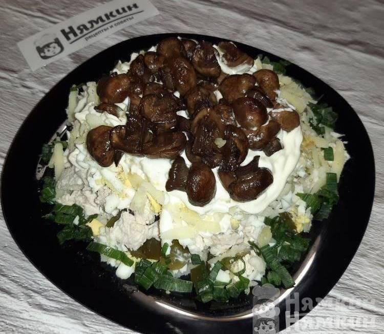 Слоеный салат с курицей и грибами Дубки