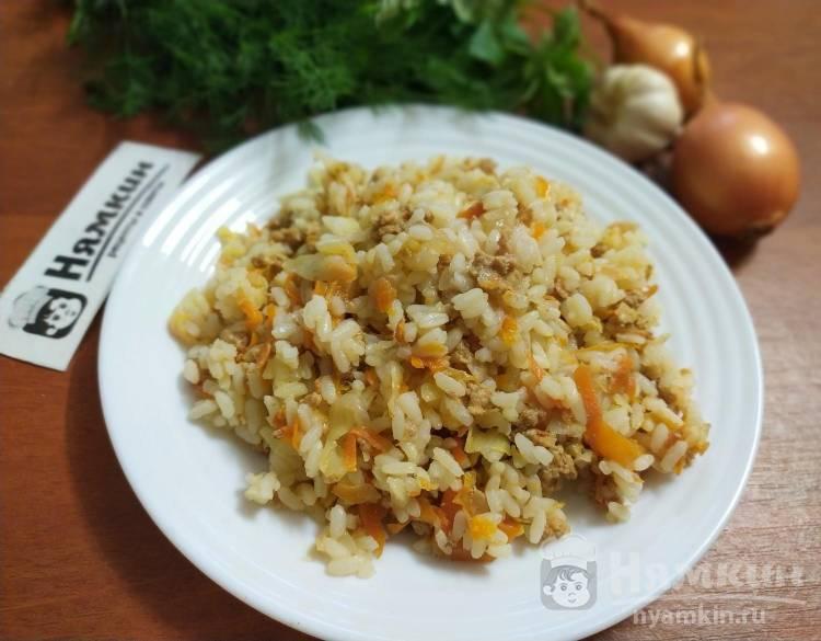 Рис с фаршем и овощами на сковороде
