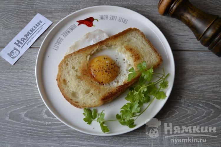 Жареное яйцо в рамке из хлеба на завтрак