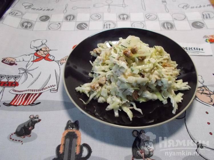 Салат из капусты с вареной курицей и сухариками