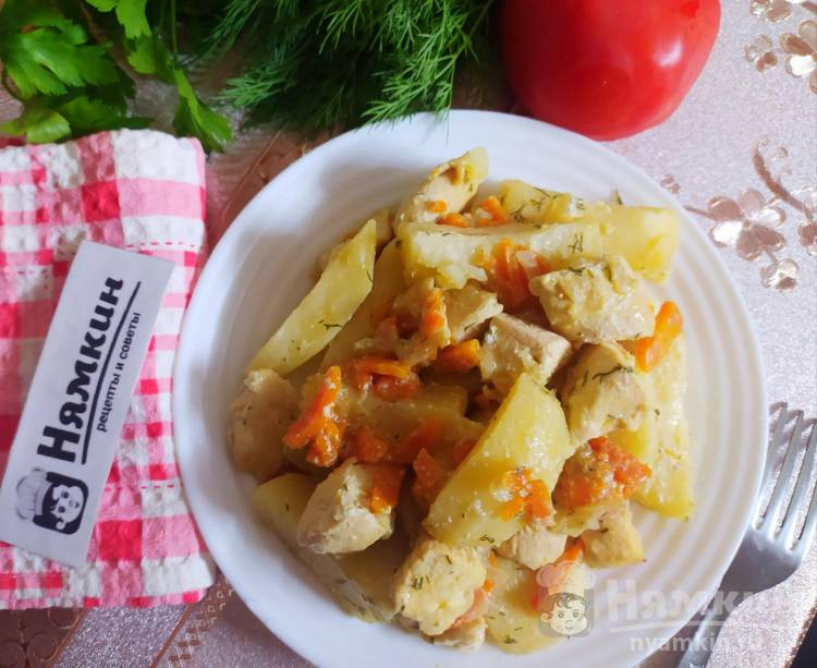 Запеченный картофель с куриным филе, луком и морковью в духовке