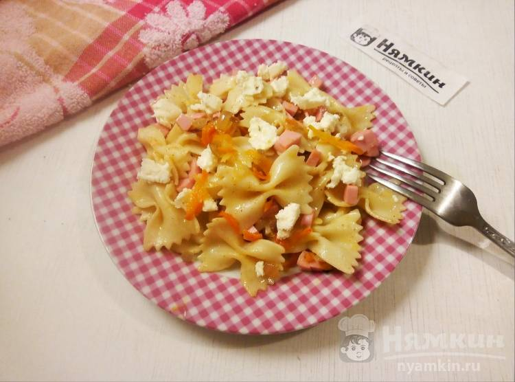 Паста с овощами, колбасой и творожным сыром на ужин