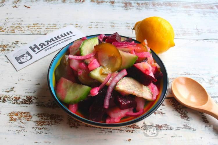 Картофельный салат со свеклой, луком, свежими и солеными огурцами