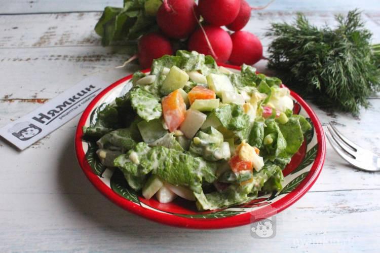 Салат со свежими огурцами, редиской, вареными яйцами и морковью