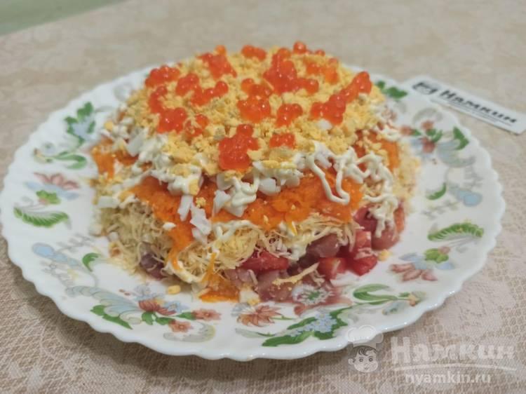 Праздничный слоеный салат с красной рыбой, помидорами, сыром и морковью