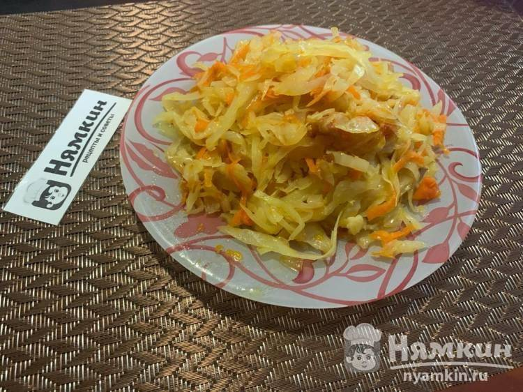 Нежная тушеная капуста с морковью на сковороде