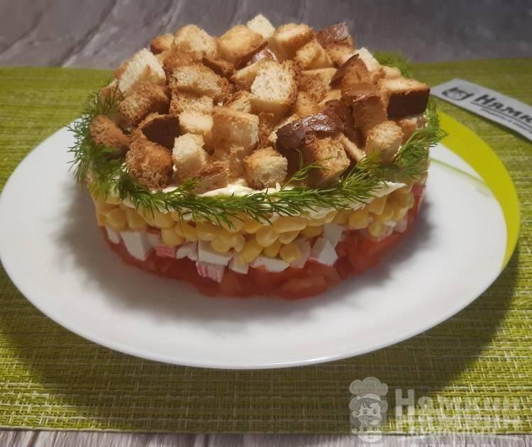 Слоеный салат Коррида с кукурузой, крабовыми палочками и сухариками