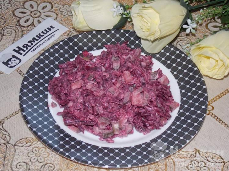 Салат из свеклы с солеными огурцами и чесноком