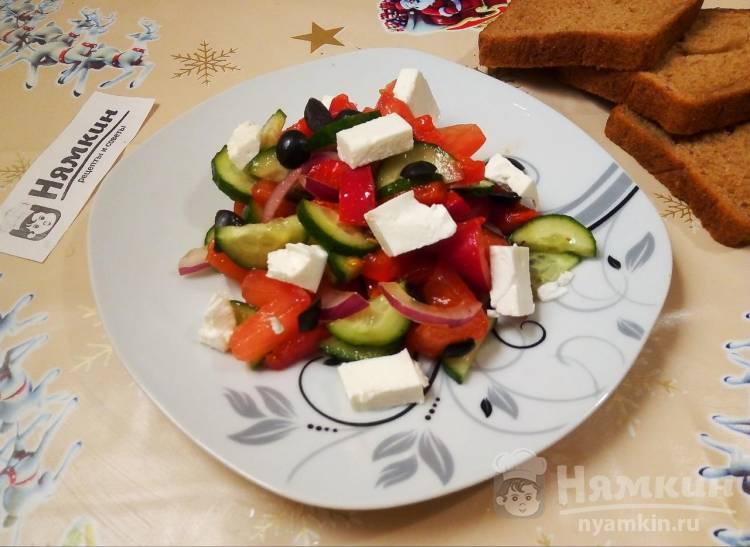 Греческий салат в домашних условиях с овощами, брынзой и маслинами