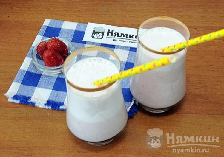 Молочный смузи с клубникой и бананом
