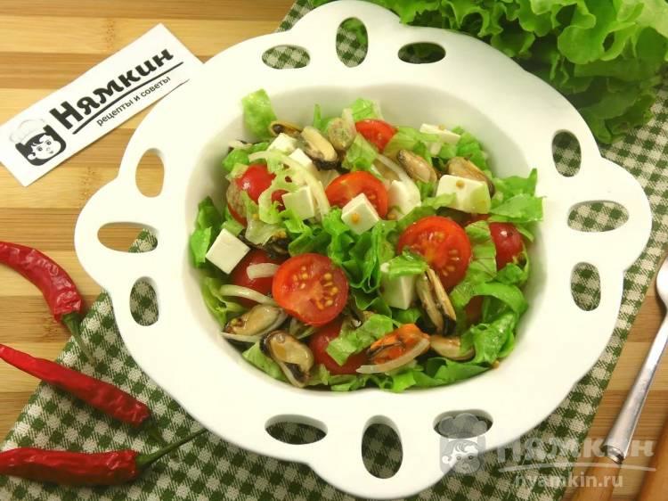 Салат с мидиями и помидорами черри: хрустящий и легкий