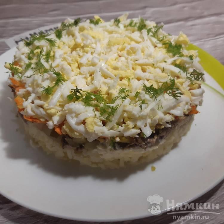 Слоеный салат с яйцом, шпротами и картофелем
