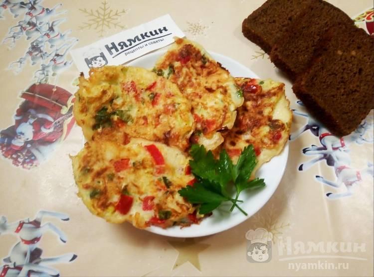 Кабачковые оладушки с болгарским перцем и зеленью на сковороде