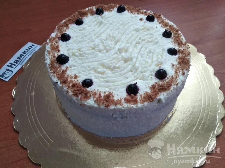 Бисквитный торт с черной смородиной, кокосом и кремом на твороге и сливках