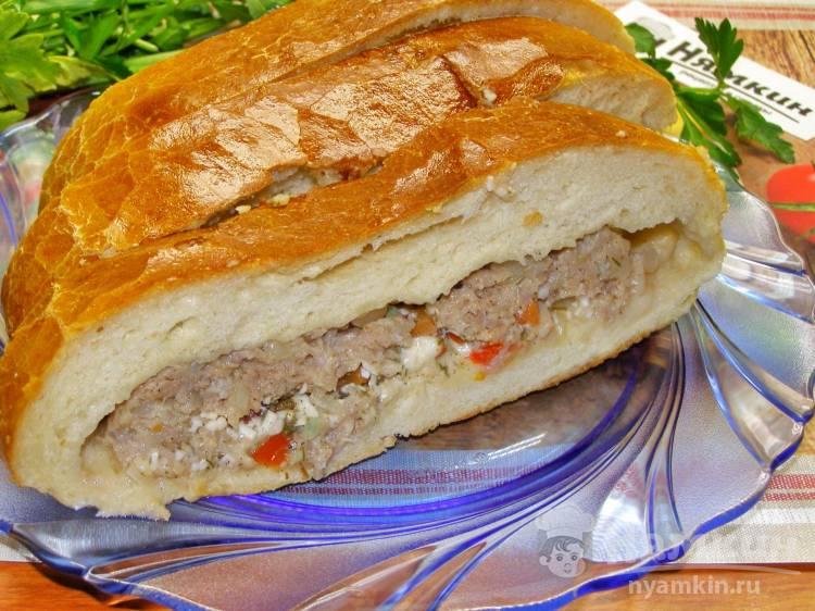 Закрытый пирог из дрожжевого теста с фаршем, овощами и сыром