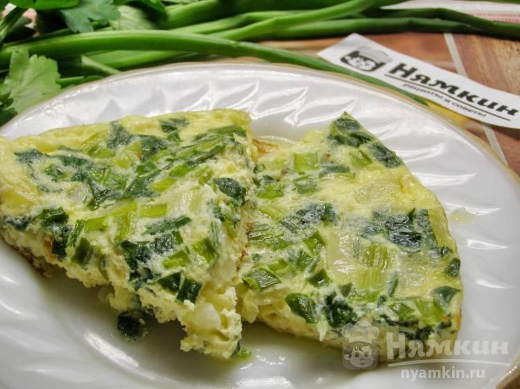 Омлет на молоке с петрушкой, репчатым и зелёным луком на сковороде