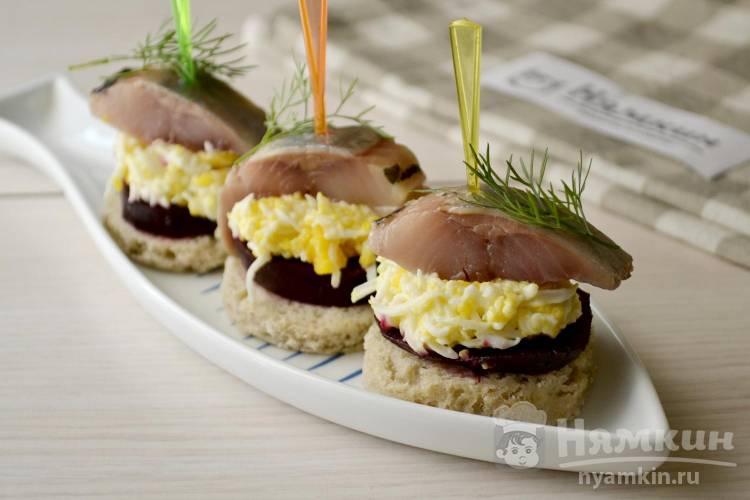 Закуска из селедки, вареных яиц и свеклы на хлебе