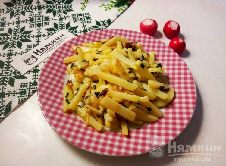 Молодая картошка жареная соломкой со шнитт-луком на сковороде