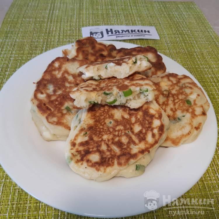 Оладьи на простокваше с вареным яйцом и зеленым луком – быстрый и сытный завтрак