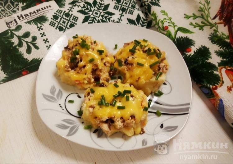 Картофельно-морковные гнезда с куриным фаршем, луком и сыром на сковороде