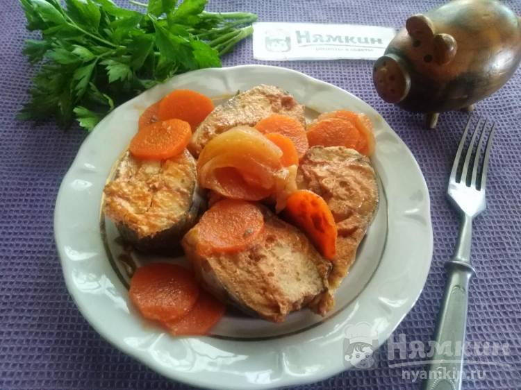 Сочная скумбрия с луком и морковкой в томатном соусе
