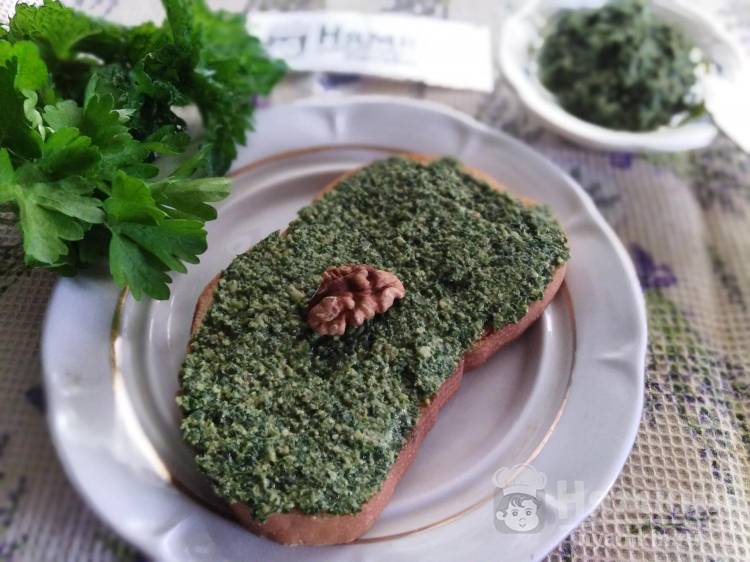 Зелёный соус из мяты, петрушки и грецких орехов