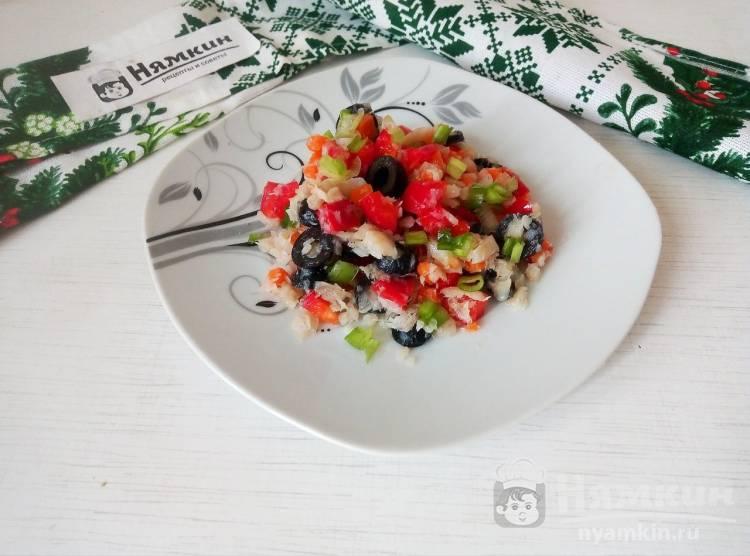 Овощной салат с отварным хеком и маслинами на легкий ужин