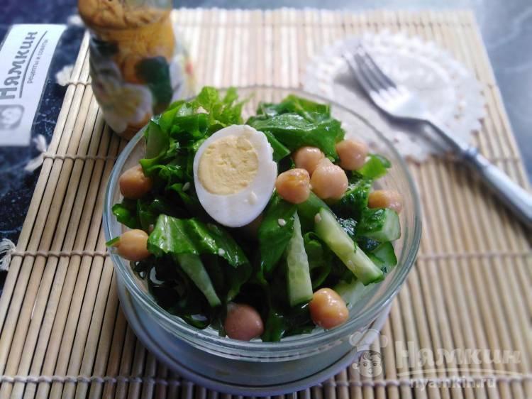 Салат из нута, зелени и перепелиных яиц с огурцами и кунжутом