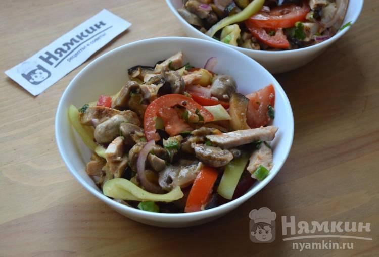 Салат из свинины, свежих и запеченных овощей на электрогриле