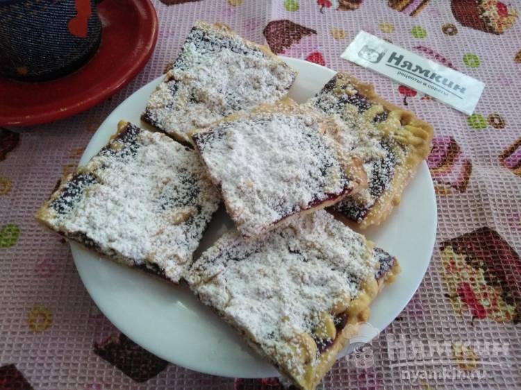 Тертый пирог со свежей вишней