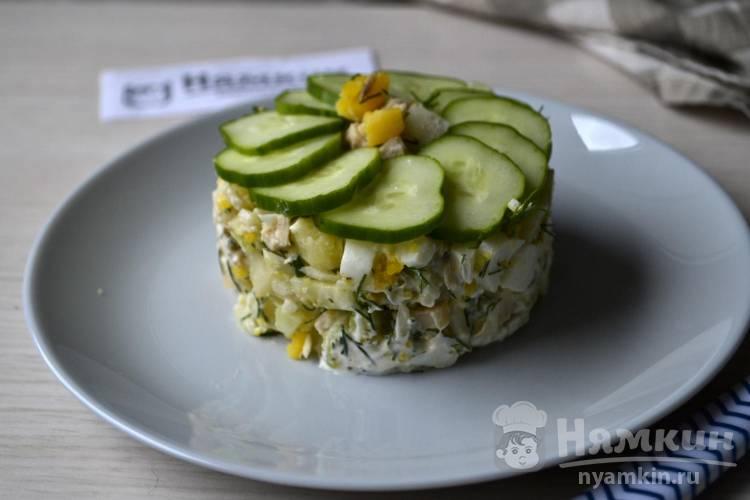 Салат из куриной грудки, свежих огурцов и яиц с майонезом и сметаной